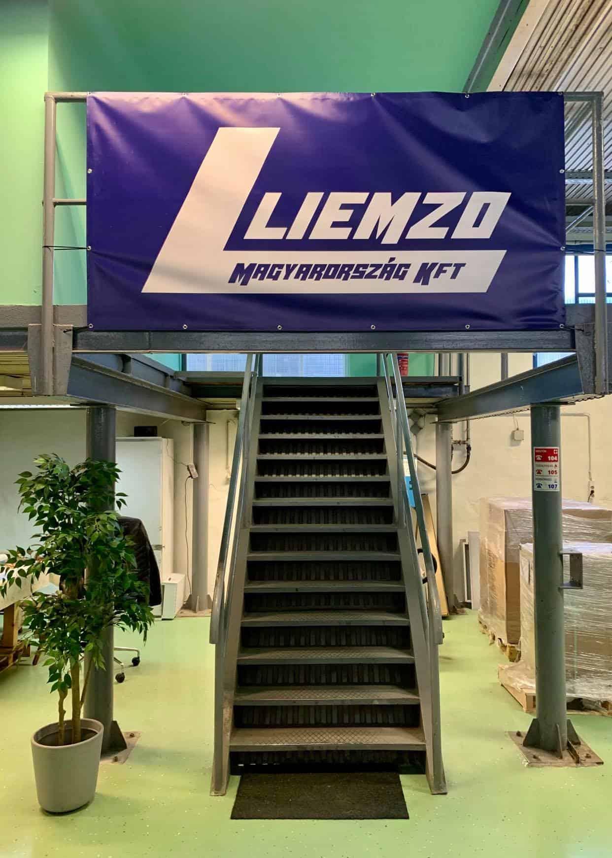 Bejárat a Liemzo Kft. irodájához - kapcsolat